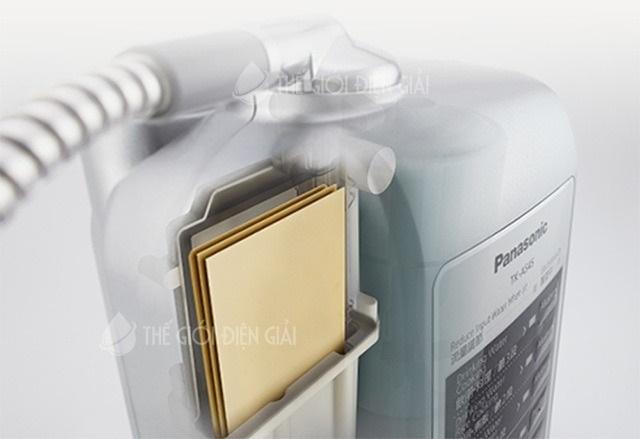 Buồng điện phân của máy lọc nước ion kiềm Panasonic TK-AS45 gồm 3 tấm điện cực nguyên khối xếp xen kẽ.