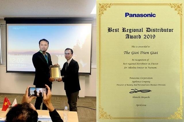 Ông Lê Thành Nhân - CEO Thế Giới Điện Giải (bên trái) nhận giải thưởng Best Regional Distributor Award 2019 từ Tập đoàn Panasonic Nhật Bản