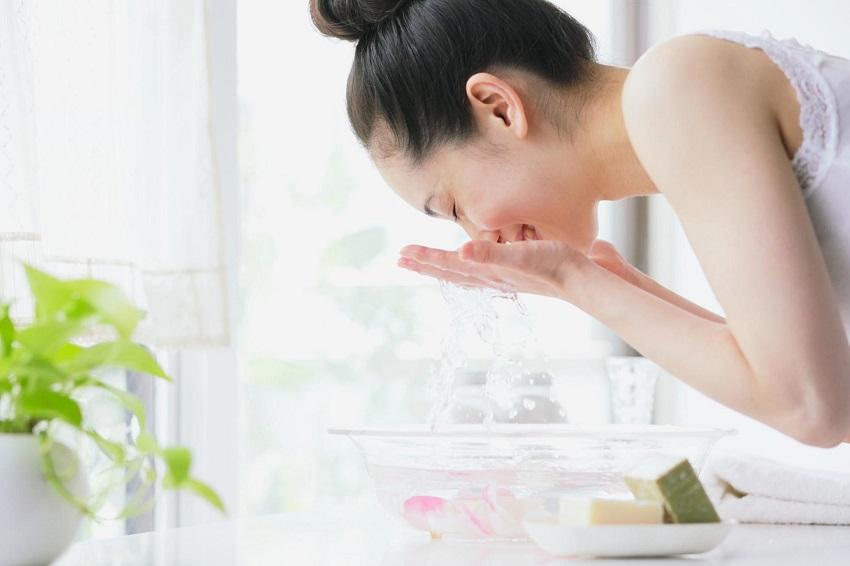 Vì sao nước ion kiềm được gọi là loại nước uống tốt cho sức khỏe? Vì loại nước này được nhiều người Nhật uống vào mỗi sáng thức dậy
