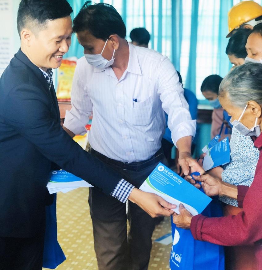 Ông Lê Đức Phú và Đại diện UBND Xã Bình Thanh trao quà cho các cụ già neo đơn