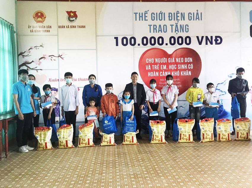Các em học sinh có hoàn cảnh khó khăn được trao tặng quà Tết