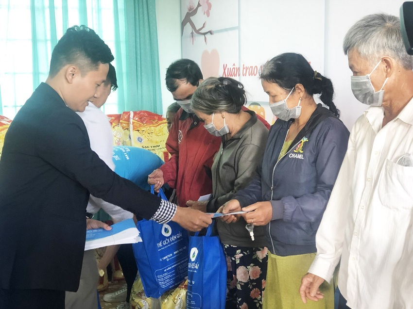 Ông Lê Đức Phú trao tặng quà Tết cho người dân gồm gạo, nhu yếu phẩm và tiền mặt. Mỗi phần quà trị giá 1 triệu đồng