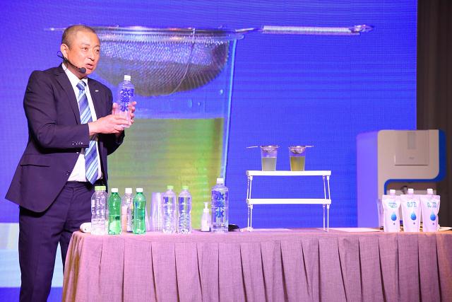 Ông Ootani đang thực hiện các thực nghiệm chứng minh nhiều tính chất ưu việt của nguồn nước ion kiềm Nhật Bản