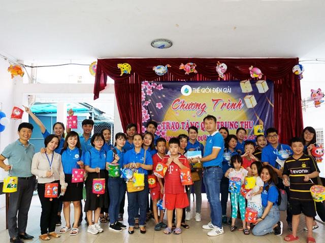 Ông Lê Đức Phú - Đại diện Hiệp hội nước ion kiềm Việt Nam (bìa trái) cùng lãnh đạo và nhân viên TGĐG trao số tiền quyên góp được