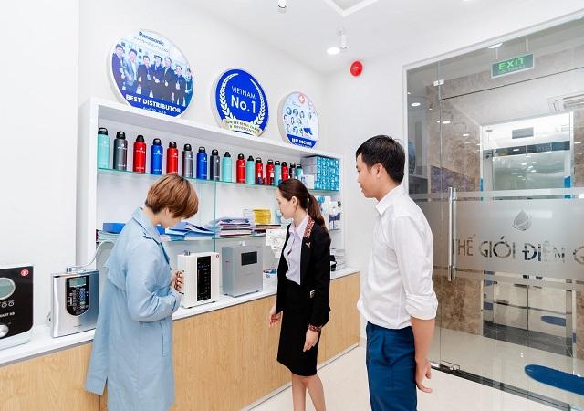 Khách hàng đến showroom Thế Giới Điện Giải miền Trung để tìm hiểu về máy điện giải ion kiềm