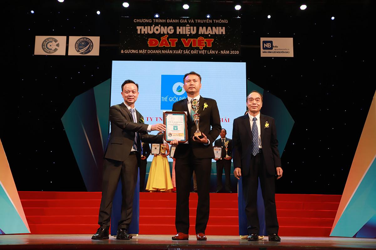 Ông Lê Thành Nhân – CEO Thế Giới Điện Giải (ở giữa) vinh dự đón nhận giải thưởng Top 10 thương hiệu mạnh Đất Việt