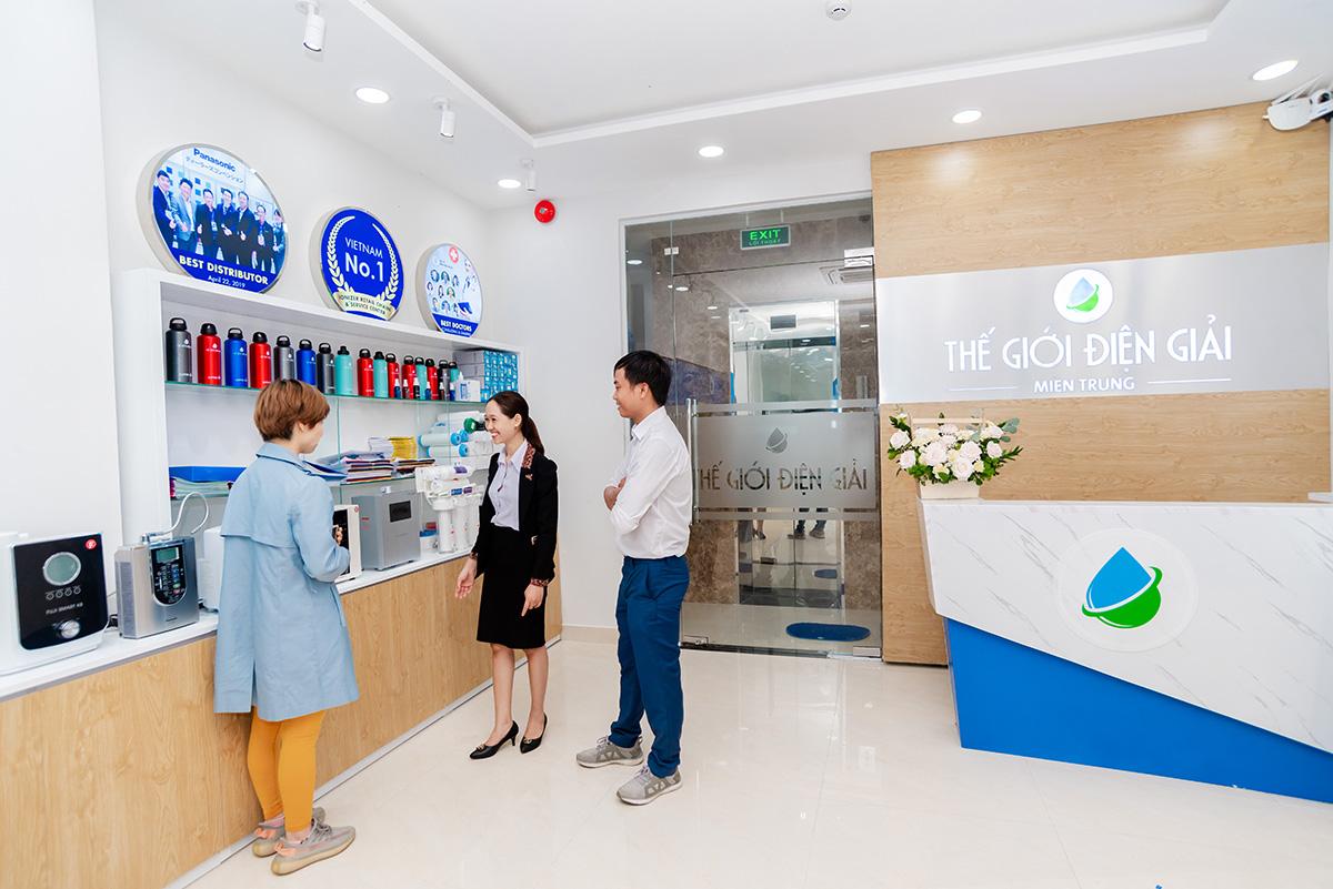 Khách hàng trực tiếp trải nghiệm tại showroom Thế Giới Điện Giải miền Trung, địa chỉ 229 Huỳnh Tấn Phát, Quận Hải Châu, Thành phố Đà Nẵng.