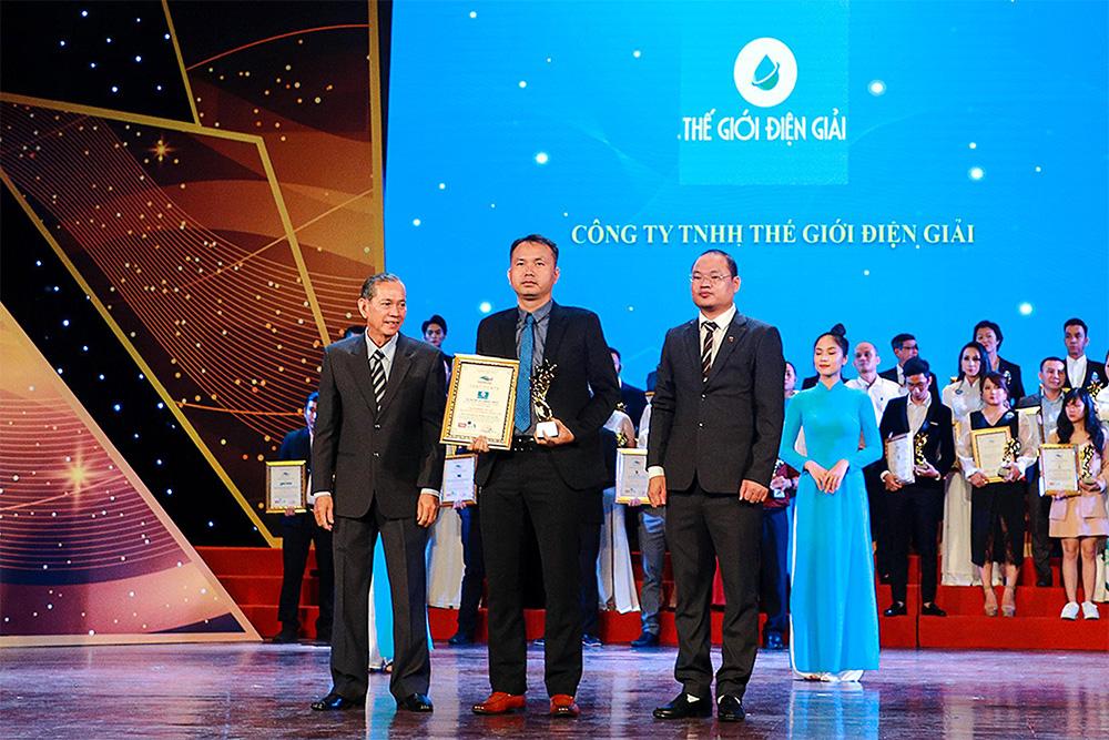 Đại diện Thế Giới Điện Giải – ông Lê Thành Nhân, CEO công ty (đứng ở giữa) vinh dự được nhận giải thưởng danh giá này.