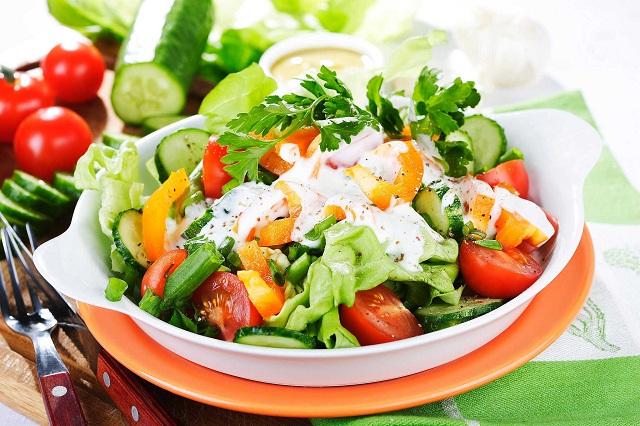 viêm đại tràng co thắc nên ăn nhiều rau củ quả salad