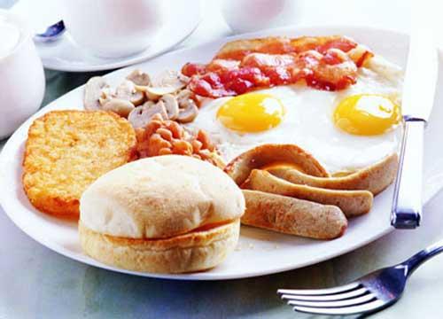 bữa sáng nên tránh các loại thức ăn chế biến sẵn, thức ăn nhanh