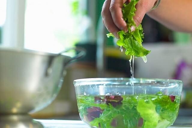 Cách rửa rau sạch trứng giun sán hiệu quả