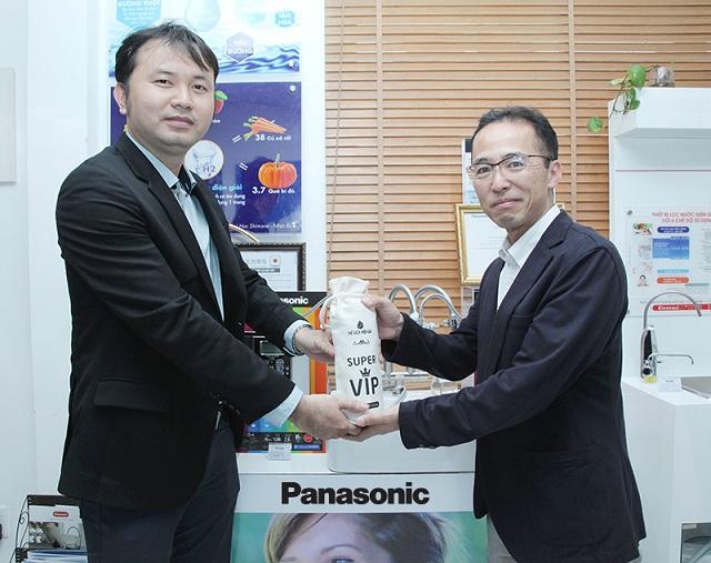 Ông Lê Thành Nhân – CEO Thế Giới Điện Giải (bên trái) trao quà lưu niệm cho Ông Hisakuni Kawaji – Tổng giám đốc ngành hàng Chăm sóc sức khỏe của Panasonic Nhật Bản (bên phải)