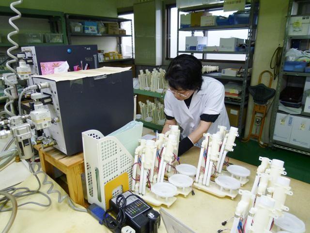 Kỹ thuật viên đảm bảo chất lượng sản phẩm bằng cách kiểm tra bằng mắt cẩn thận, tỉ mỉ