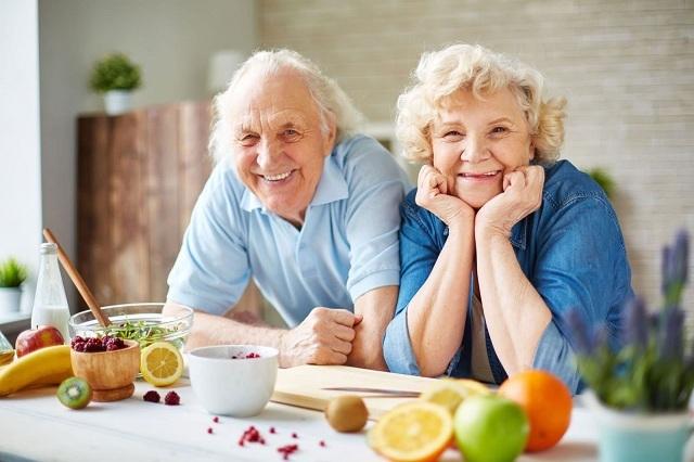 Người cao tuổi nên ăn các thức ăn dễ tiêu và bổ sung nhiều trái cây