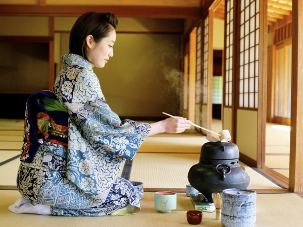 pha trà bằng nước inon kiềm