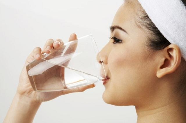 Uống nhiều nước là cách đơn giản phòng bệnh cục máu đông và tim mạch