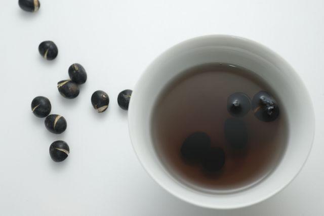 Dùng nước gì để nấu nước đậu đen rang?