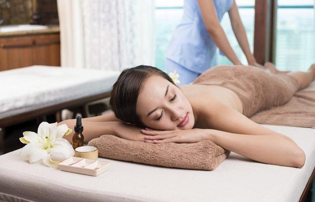 Massage với tinh dầu giúp giảm stress