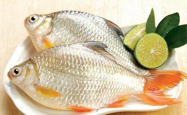 Cá diếc là một trong những thực phẩm kiêng kị với tỏi