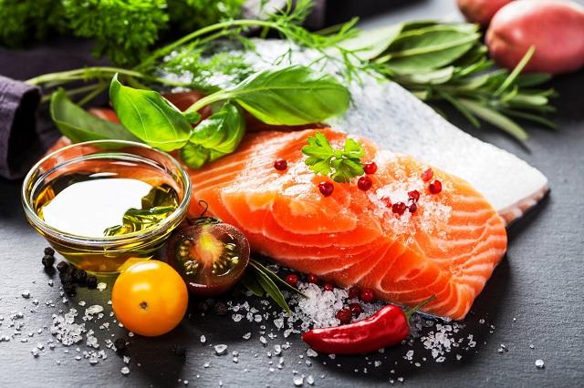 Cá hồi rất giàu omega-3 giúp cải thiện tâm trạng và tốt cho tim mạch