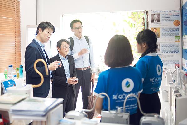 Ông Kobayashi Hiroaki - Chuyên gia nghiên cứu sản phẩm và thị trường Panasonic Nhật Bản,ông Kobayakawa Kazuya - Kỹ sư trưởng dòng máy điện giải của nhà máy Panasonic Nhật Bản với hơn 25 năm kinh nghiệm, ông Ryo Matasushita – trưởng ngành hàng thiết bị y tế Panasonic Châu Á Thái Bình Dương (từ trái sang phải) nghe Trưởng phòng chăm sóc khách hàng giới thiệu tổng quan về showroom Thế Giới Điện Giải