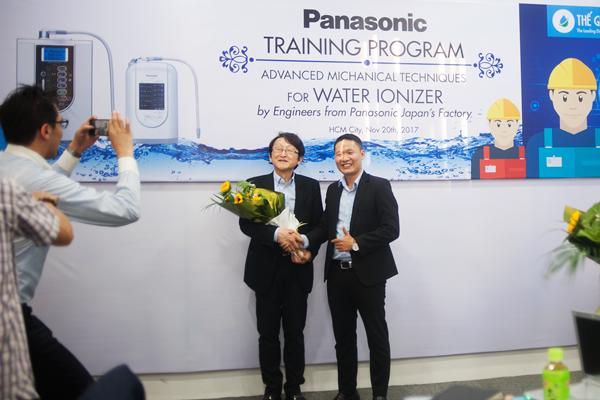 Kết thúc chương trình huấn luyện, CEO Thế GIới Điện Giải và ông Kobayakawa Kazuya - Kỹ sư trưởng dòng máy điện giải của nhà máy Panasonic Nhật Bản chụp hình lưu niệm