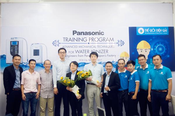 Đoàn kỹ sư Nhật Bản chụp ảnh cùng CEO và nhân viên Thế Giới Điện Giải