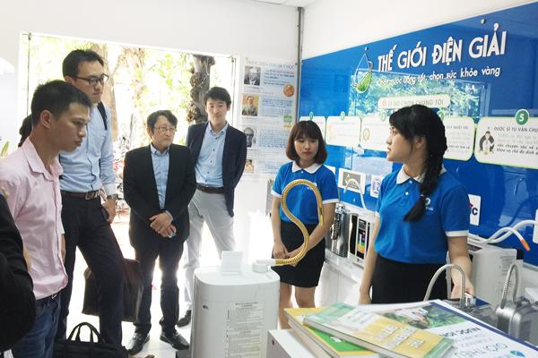 Trưởng phòng kinh doanh Thế Giới Điện Giải trình bày về các dòng máy điện giải tại showroom