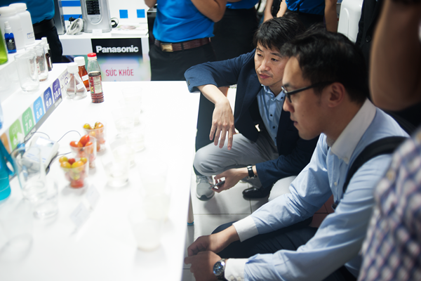 Các kỹ sư Panasonic Nhật Bản xem thí nghiệm về nước kiềm mạnh rửa rau quả Việt Nam của máy điện giải Panasonic
