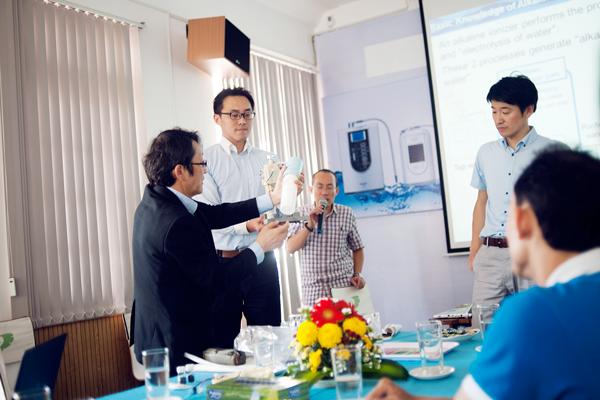 Ông ông Kobayakawa Kazuya - Kỹ sư trưởng dòng máy điện giải của nhà máy Panasonic Nhật Bản trình bày về cấu tạo các bộ phận bên trong của máy điện giải Panasonic