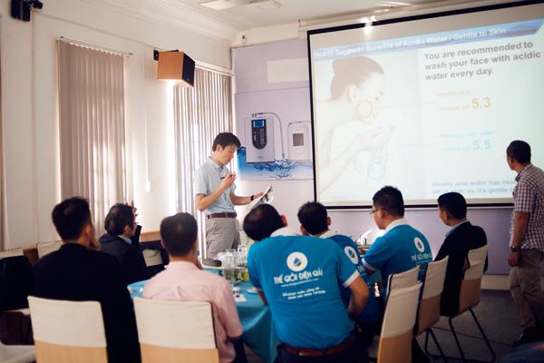 Ông Kobayashi Hiroaki - Chuyên gia nghiên cứu sản phẩm và thị trường Panasonic Nhật Bản trình bày chiến lược kinh doanh máy điện giải Panasonic trong năm 2018