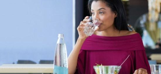 có nên uống nước sau ăn