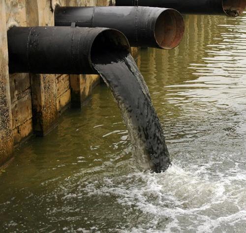 Quá trình công nghiệp hóa, hiện đại hóa phát triển, các công ty, xí nghiệp, nhà xưởng… mọc lên nhu nấm sau mưa. Hệ quả là rác thải, nước thải công nghiệp xả tràn lan ra sông suối, ao hồ, đất đai... làm hóa chất, kim loại nặng ngấm trực tiếp vào nước sông suối ao hồ, hoặc thấm qua đất rồi làm ô nhiễm đến mạch nước ngầm.