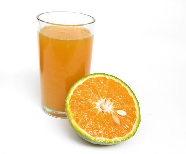 bị cảm cúm nên uống nước cam để bổ sung vitamin c